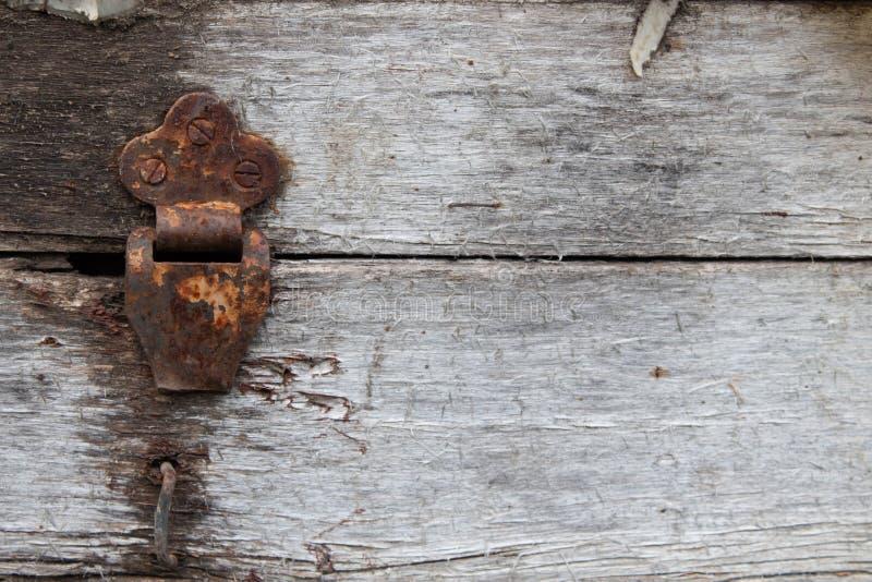 Vieille charni?re rustique poussi?reuse sur la bo?te de charni?re sur le fond grunge de texture Coffre en bois antique image libre de droits