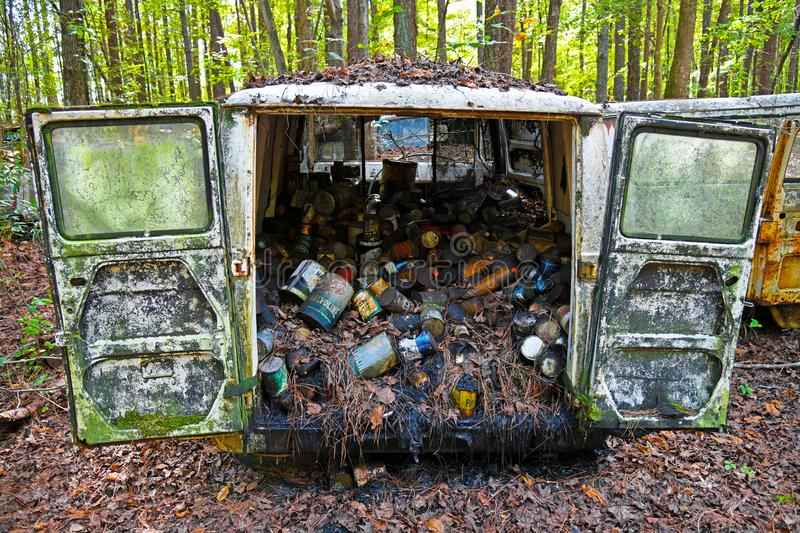 Vieille chute Van Filled With Oil Cans images stock