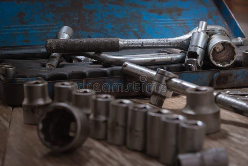 Vieille clé à douille d'outils photos stock