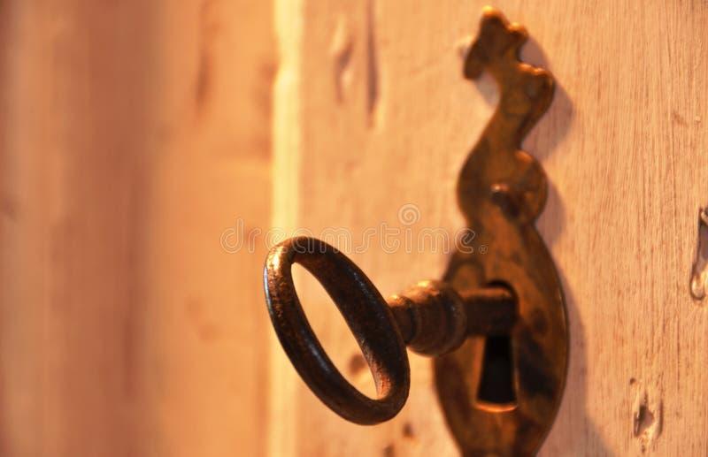 Vieille clé dans une serrure photographie stock libre de droits