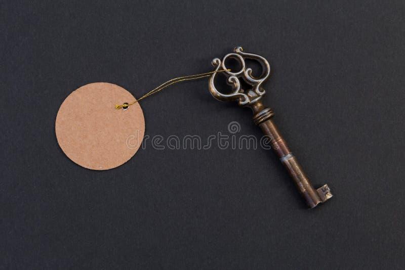 Vieille clé de vintage avec l'étiquette ou le label photos libres de droits