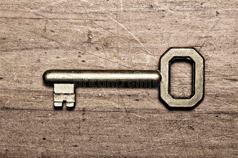 Vieille clé en bronze. image stock