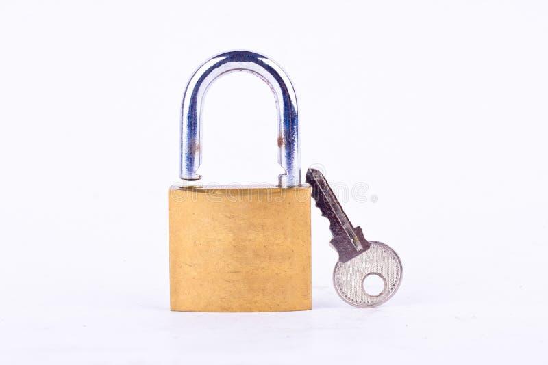 vieille clé machine de cadenas ou et clé sur l'outil blanc de fond d'isolement photos libres de droits