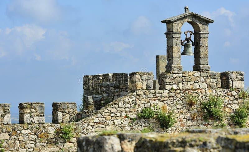 Vieille cloche au château de Trujillo image stock