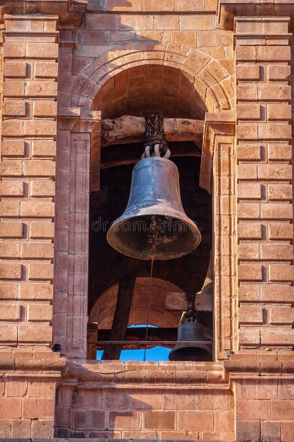 Vieille cloche sous la voûte de la cathédrale de ville image libre de droits