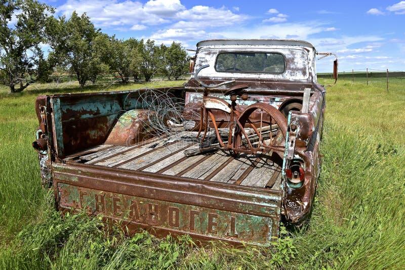 Vieille collecte de Chevy chargée avec l'ordure photo libre de droits