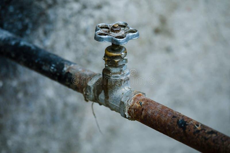 Vieille conduite d'eau rouillée avec la valve photographie stock libre de droits