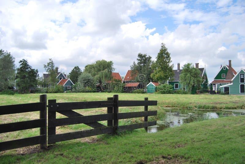 Vieille construction de logements néerlandaise traditionnelle dans Zaanse Schans - musée v image stock