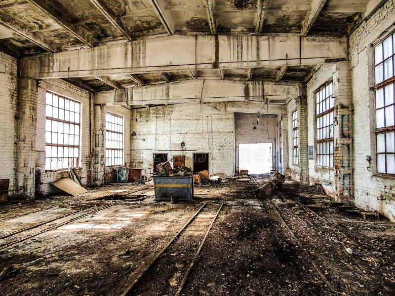 Vieille construction industrielle abandonnée Humide, le moule endommagé, délabré a renforcé les fondations en béton image stock