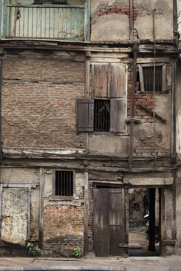Vieille course en bas du bâtiment dans Pune, maharashtra, Inde images libres de droits