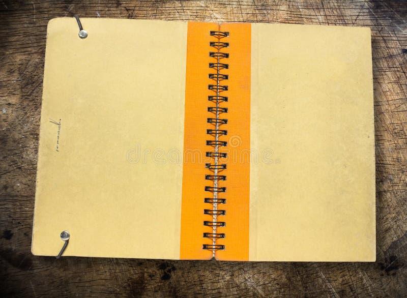 Vieille couverture de livre brune images stock