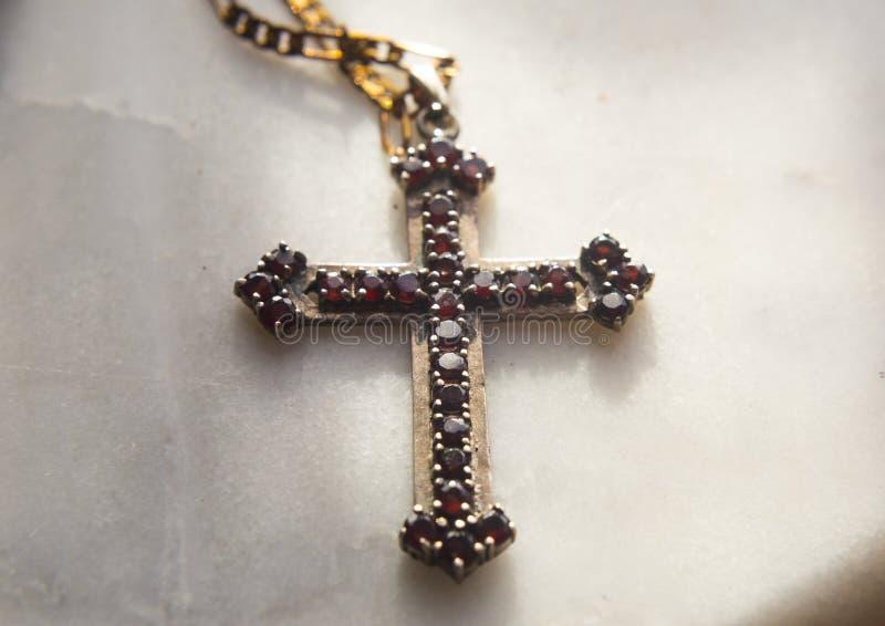 Vieille croix chrétienne sur le fond d'albâtre images libres de droits