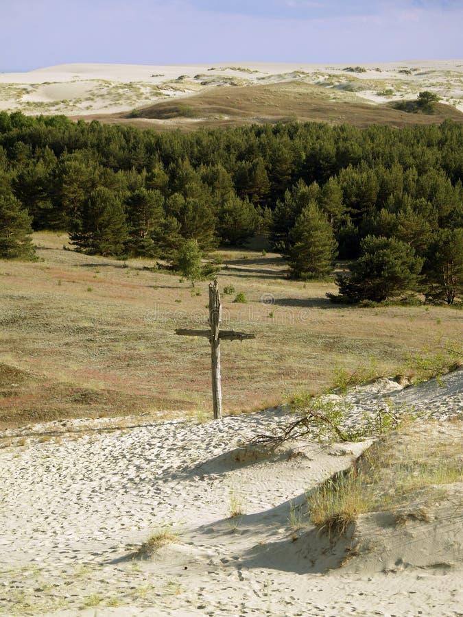 Vieille croix dans le sable photos stock