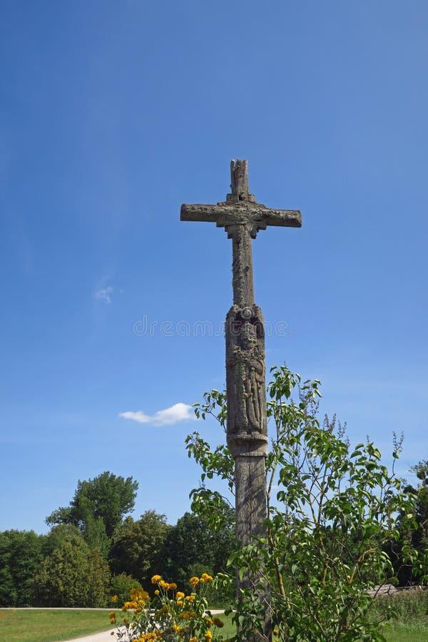 Vieille croix en Lithuanie images stock