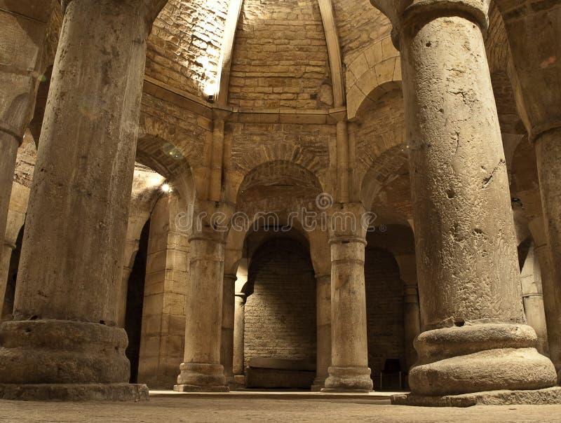Vieille crypte dans l'abbaye photographie stock libre de droits