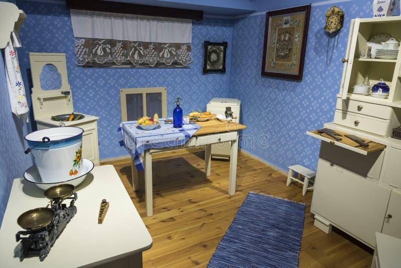 Vieille cuisine bourgeoise traditionnelle Couleur bleue photos stock