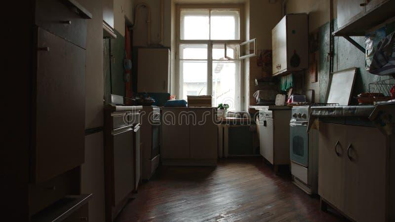 Vieille cuisine d'un appartement communal à St Petersburg, Russie image stock