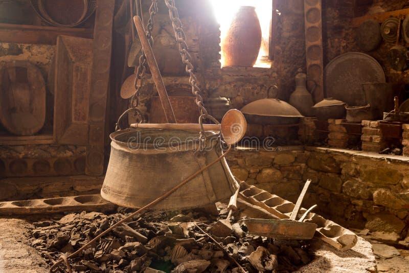 Vieille cuisine traditionnelle à l'intérieur d'un monastère grec à Meteora-2 image libre de droits