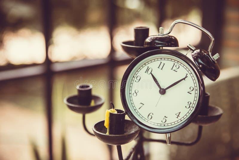 Vieille décoration d'art d'horloge sur le chandelier photo stock