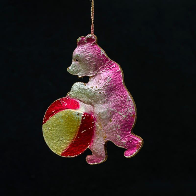 Vieille décoration de papier soviétique de Noël Ours de cirque avec la boule photo stock