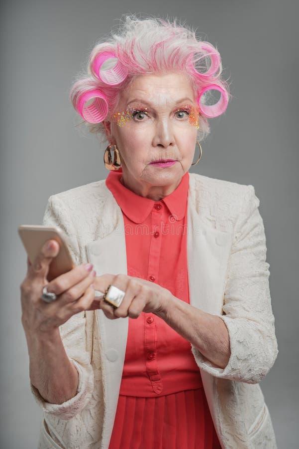 vieille dame l gante la mode tenant le t l phone portable image stock image du grand. Black Bedroom Furniture Sets. Home Design Ideas