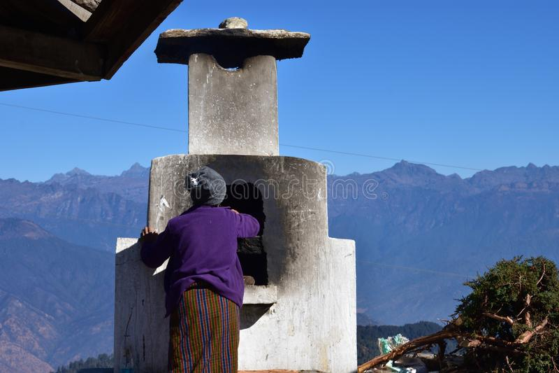 Vieille dame bhoutanaise au passage de La de Chele, Bhutan images libres de droits