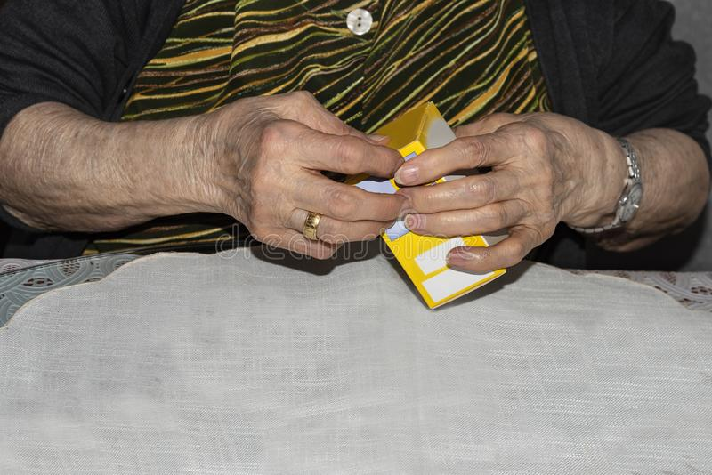 Vieille dame diabétique disposant des aiguilles pour injecter sa dose d'insuline photographie stock libre de droits