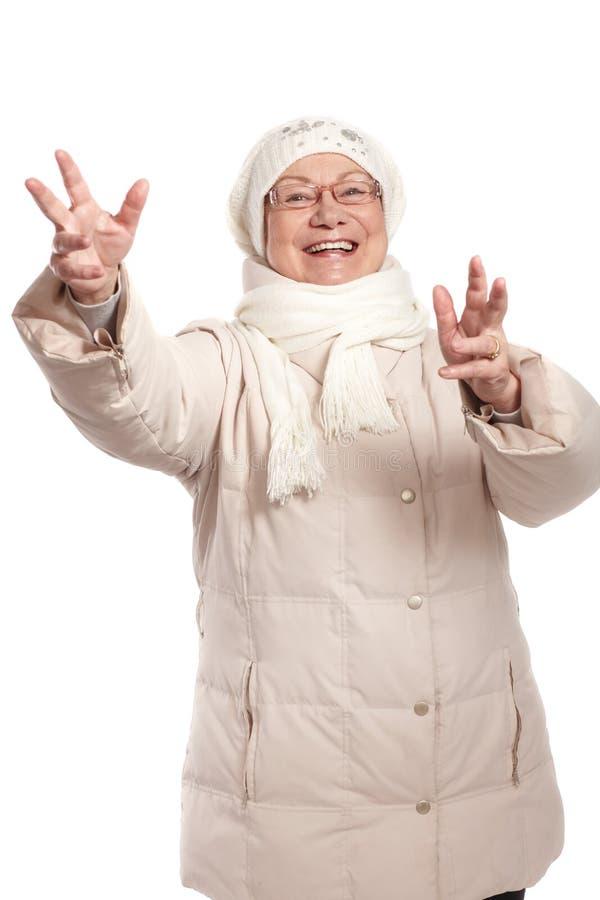 Vieille dame heureuse avec le sourire ouvert de bras photos libres de droits