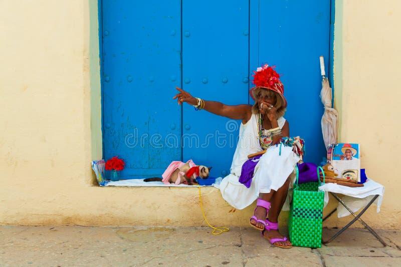 Vieille dame noire colorée avec un cigare cubain fin image libre de droits