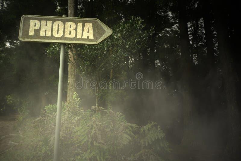 Vieille enseigne avec la phobie des textes près de la forêt sinistre photos libres de droits