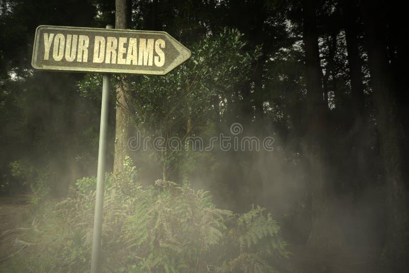 Vieille enseigne avec le texte vos rêves près de la forêt sinistre photo stock