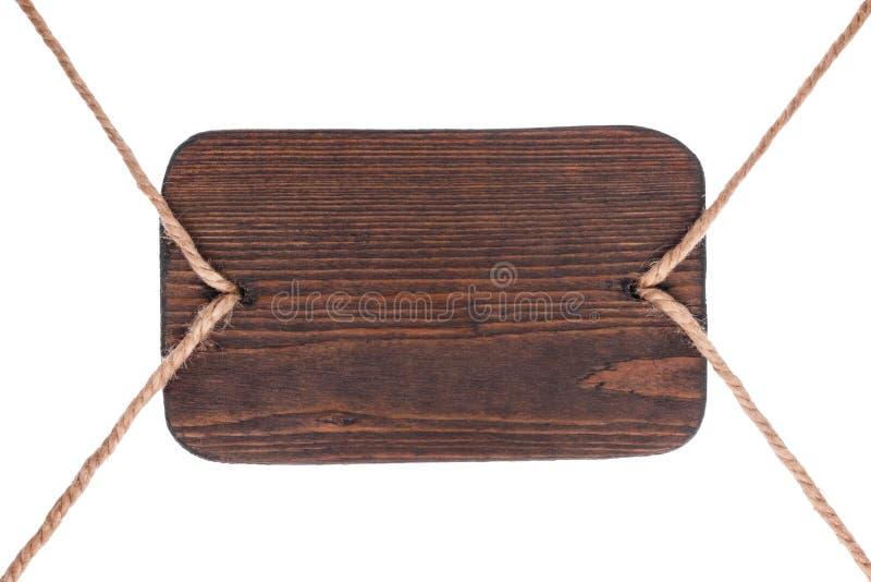 Vieille enseigne en bois de bois foncé, accrochant sur des cordes D'isolement photos libres de droits