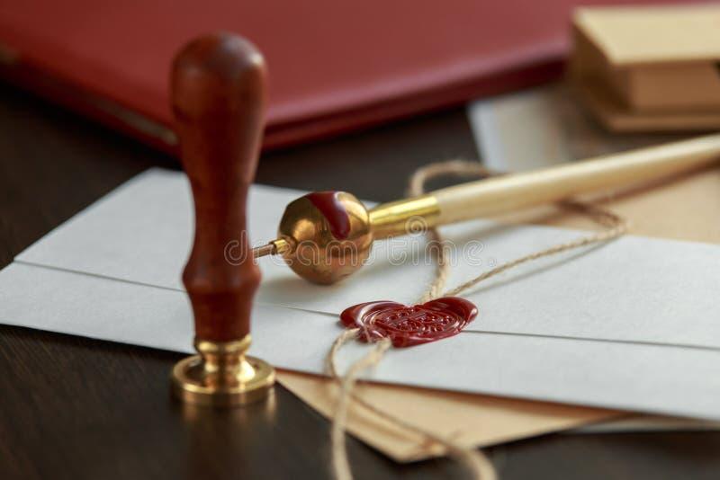 Vieille enveloppe de lettre avec le joint de cire sur la surface en bois images stock