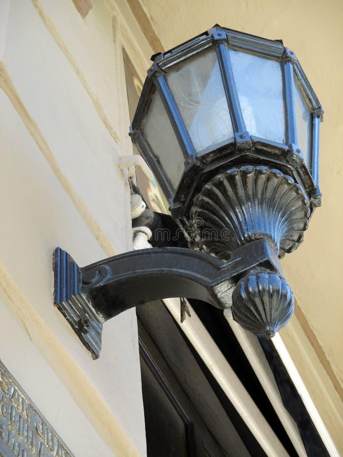 Vieille et pittoresque lanterne sur le façade de la place faisante le coin de Homero Manzi Great consacrée à Buenos Aires argent photos libres de droits