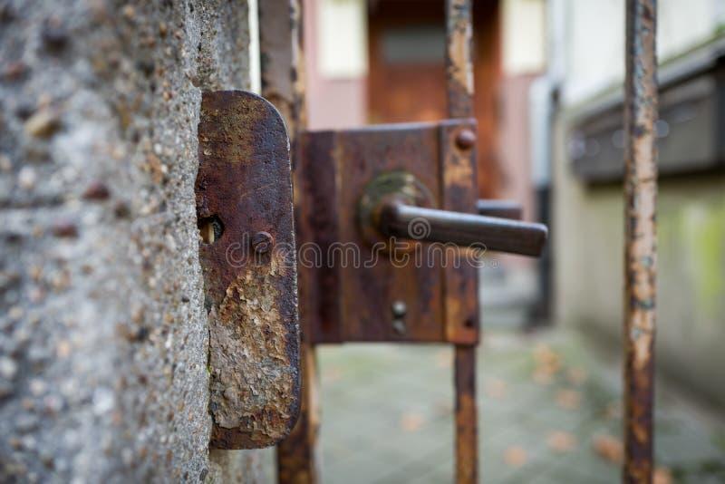 Vieille et rouillée porte à Francfort photo libre de droits
