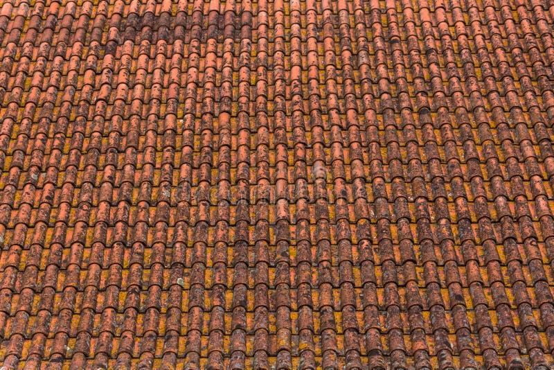 Vieille et rouillée texture orange en céramique de tuiles de toit photos stock