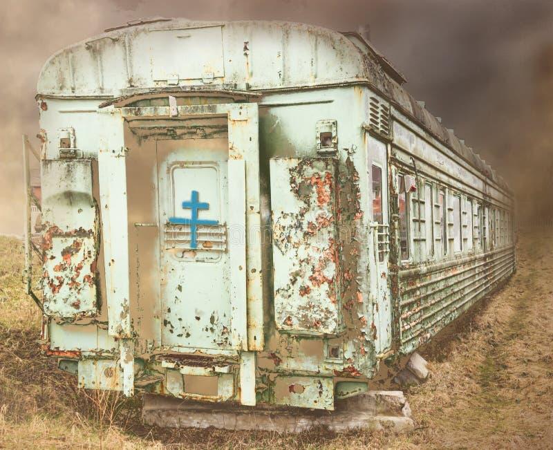 Vieille et rouillée voiture Le ciel est foncé Sur la porte une croix ou sans elle photo libre de droits