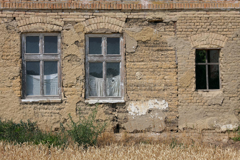 Vieille façade abandonnée de maison photos stock