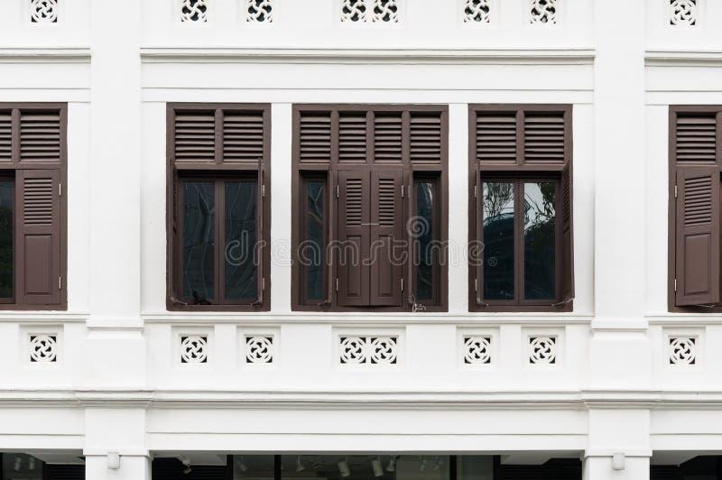 Vieille façade coloniale de fenêtres de bâtiment images libres de droits