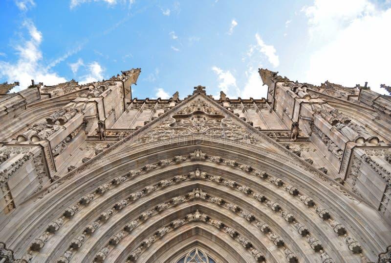 Vieille façade d'église avec le ciel bleu nuageux à Barcelone, Espagne photo libre de droits