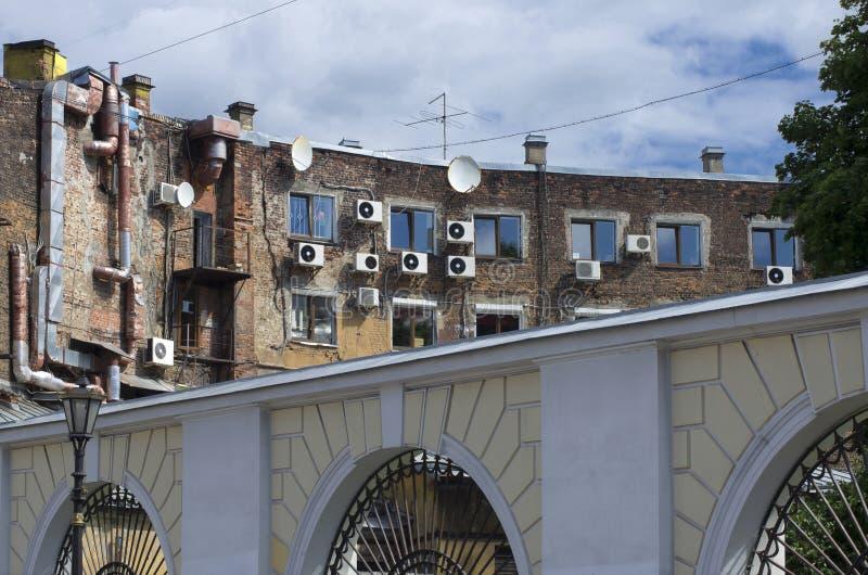 Vieille façade de brique de la maison avec la climatisation photographie stock