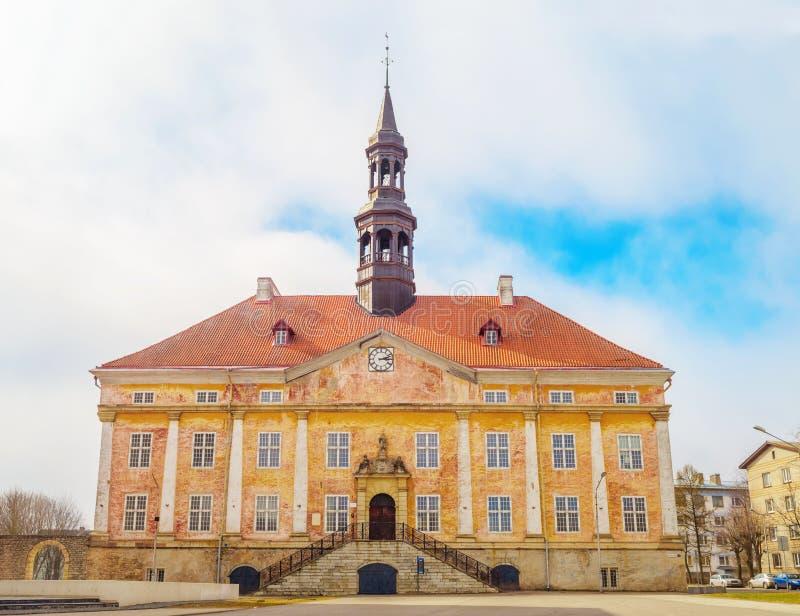 Vieille façade de canalisation d'hôtel de ville de Narva images libres de droits