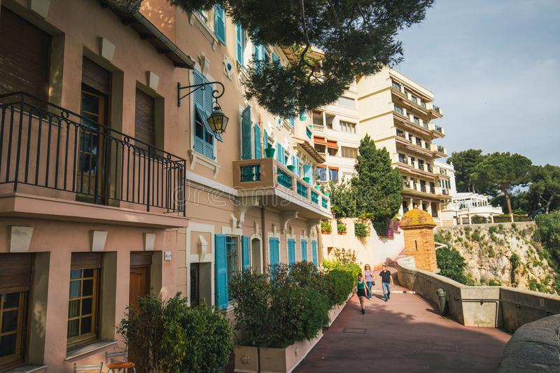 Vieille façade de construction, abat-jour en bois de turquoise, vue urbaine, Monaco photos libres de droits