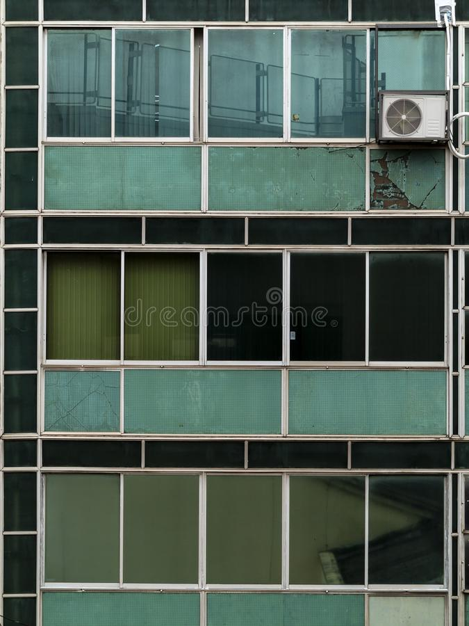 Vieille façade en verre vert d'un bâtiment commercial à Sao Paulo du centre image libre de droits