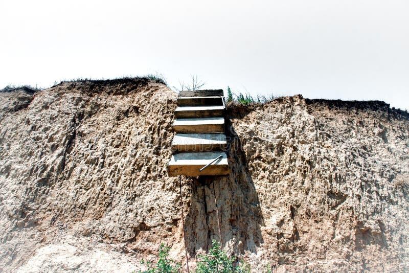 Vieille falaise cassée de roche d'échelle image stock