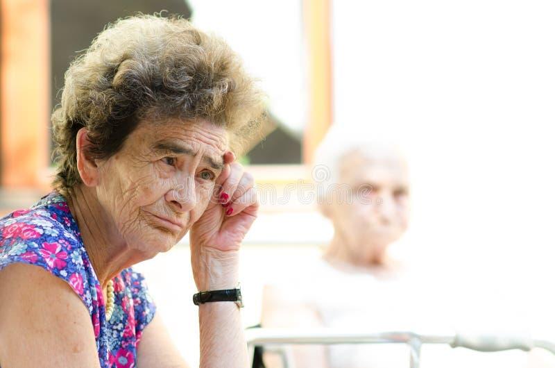 Vieille femme déprimée image stock