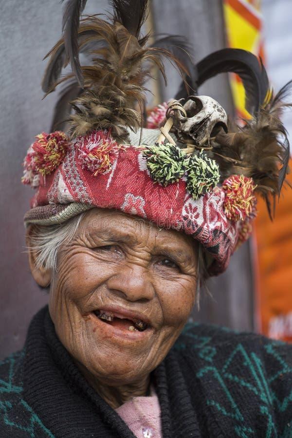 Vieille femme d'ifugao dans la robe nationale à côté des terrasses de riz Banaue, Philippines photo libre de droits