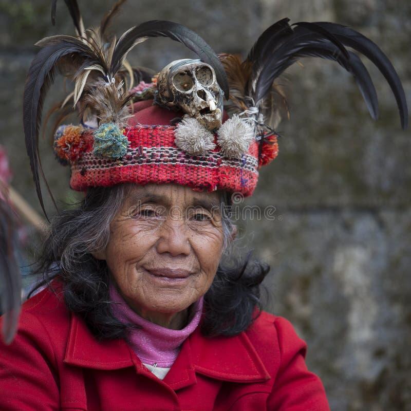 Vieille femme d'ifugao dans la robe nationale à côté des terrasses de riz Banaue, Philippines photo stock