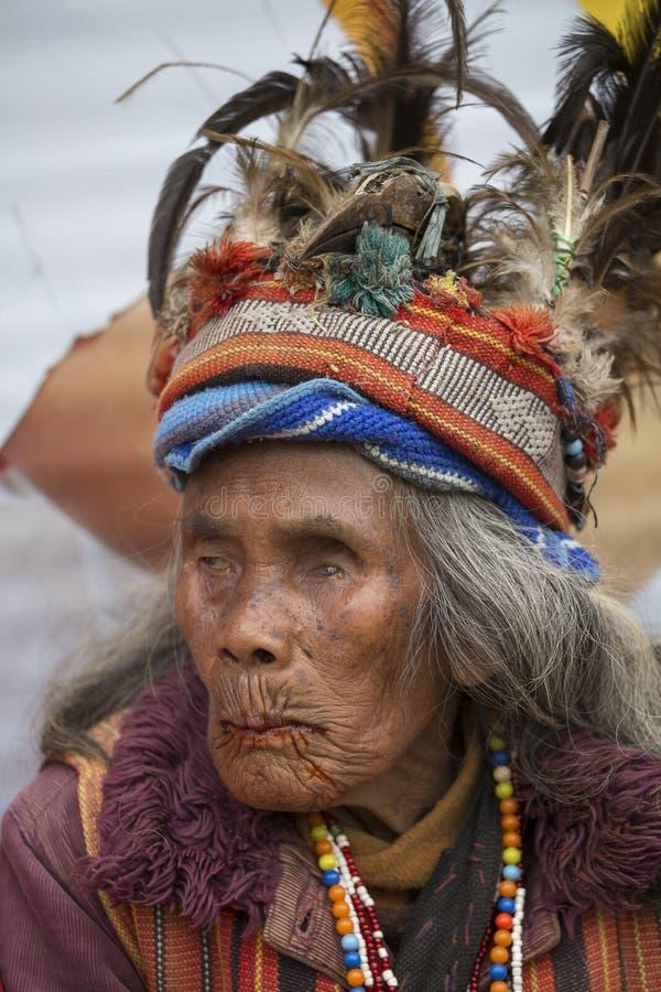 Vieille femme d'ifugao dans la robe nationale à côté des terrasses de riz Banaue, Philippines image libre de droits