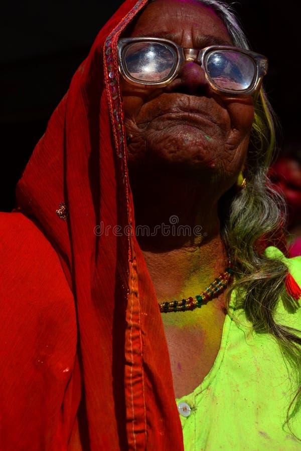 Vieille femme indienne pendant les célébrations de Holi jaipur Rajasthan l'Inde images libres de droits